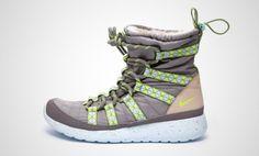 Der Nike Roshe Run Hi SneakerBoot Damenschuh vereint den Look eines Winterstiefels mit der Einfachheit und Vielseitigkeit des Nike Roshe Run. Der hohe Kragen mit Kunstpelzfutter sorgt für wohlige Wärme und du kannst ihn zurückrollen für einen abwechslungsreichen Look.Sein Gestepptes Nylon auf Zunge und Vorderfuß sowie ein gewebter Kragen eignen sich dank Strapazierfähigkeit und geringem Gewicht ideal für den Winter. Dabei sorgt das stiefelähnliche Schnür- und Netzsystem für eine sichere und…