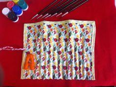Porta lápis em tecido com excelente acabamento. Para colocar lápis de cores ou pincéis. Fazemos a Inicial de seu nome em feltro. R$ 22,00