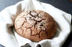 """Nie ma to jak prawdziwy, domowy chleb. Zapach pieczonego chleba jest po prostu magiczny. Zawsze kiedy w domu unosi się """"ten"""" zapach, to jest jakoś przyjemniej, spokojniej i radośniej. Też tak macie? Pamiętam jak moja babcia wypiekała chleby i trzymała je później owinięte w płótnie. Nie było pieczenia 1 bochenka, tylko od razu wyrastało ich kilka. Dzisiaj proponuję Wam chleb żytni ale z dodatkiem też mąki pszennej. Chleb wychodzi ciężki, tak że jedna kromka w zupełności wystarczy, ..."""