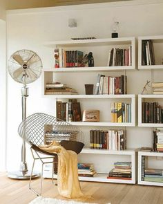 sol en bois, étagère en bois, étagère design moderne , pleine de livres, salon, toit beige