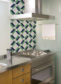Cozinha clean com destaque apenas atrás do fogão