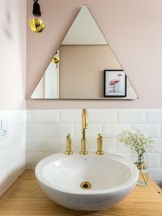O rosa quartzo, também pode ser usado no banheiro. O espelho triangular deu um toque moderno na decor e combinou muito bem com a parede de tijolinho branca.