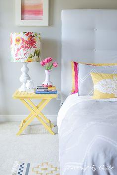 White and yellow in bedroom / Blanco y amarillo en el dormitorio
