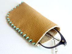 Create the perfect place to keep your glasses when they aren't on your face. This Classic Leather DIY Glasses Case is easy to make and looks absolutely darling. Diy Leather Glasses Case, Diy Glasses, Leather Gifts, Leather Totes, Leather Bags, Leather Purses, Leather Bag Pattern, Sewing Leather, Leather Accessories