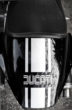 Nice design on Ducati Monster seat cowl Ducati Desmo, Ducati Motorbike, Moto Ducati, Cafe Racer Style, Bmw Cafe Racer, Cafe Racers, Vintage Bikes, Vintage Motorcycles, Monster Garage