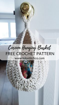 Ein praktischer Hängekorb für jeden Raum des Hauses - education autour du tissu déco enfant paques bébé déco mariage diy et crochet Crochet Diy, Crochet Unique, Crochet Simple, Crochet Storage, Quick Crochet Gifts, Crochet Home Decor, Learn To Crochet, Crochet Ideas, Crochet Baby Stuff