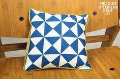 Cuscino blu piccolo Norway. Un piccolo cuscino interamente realizzato con cotone decorato con triangoli colorati in pieno stile Scandinavo anni '50.