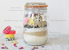 Cookie ingredients in a jar - party idea Jar Cookie, Diy Christmas Presents, Little Presents, Happy Kitchen, Fairy Jars, Ball Jars, Meals In A Jar, Tasty Bites, Cookies Et Biscuits