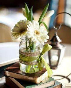 Virágot is tehetünk bele, és néhány szalaggal, anyagdarabbal sokat dobhatunk rajta.