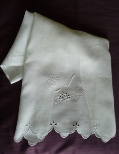 Un asciugamano con iniziale, ricamato a punto pieno, cordoncino, punto inglese, punto erba fantasia, punto festone, punto erba, punto festone imbottito.