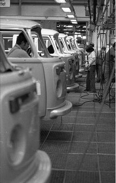 photo, workers on the assembly line build Volkswagen Type 2 vans at VW Autowerks in Hannover, Germany. Volkswagen Transporter, T3 Vw, Volkswagen Type 2, Volkswagen Karmann Ghia, Bus Camper, Volkswagen Bus, Volkswagen Factory, Vw Kombi Van, Kdf Wagen