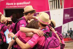 Los voluntarios se abrazan después de un día de arduo trabajo.
