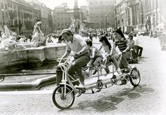 "Jon Voight (1938), Robby Kiger (1973), Roxanna Zal (1969) e Son Hoang Bui (?). Scena dal film ""Table for Five"" di Robert Lieberman (1947), Warner Bros., 1983. Piazza Navona, Roma"