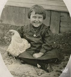 Antique Photo: Happy little girl posing with her favorite pet chicken. Antique Photo: Happy little g Building A Chicken Coop, Diy Chicken Coop, Pet Chickens, Chickens Backyard, Vintage Children Photos, Vintage Kids, Little Girl Poses, Chicken Nesting Boxes, Chicken Pictures