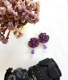 orecchini in carta quilling viola con pietra a goccia fiori