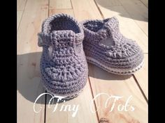 Crochet Shoes Pattern, Crochet Baby Booties, Crochet Slippers, Baby Chucks, Baby Mittens, Knitted Booties, Crochet Videos, Baby Knitting Patterns, Crochet Clothes