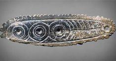 [Collections permanentes] Pour la fête des Marcel nous vous présentons cette pendeloque. Découverte dans le village de Saint-Marcel (Indre) datant du Magdalénien et réalisée en os elle présente des à motifs géométriques.  Pendeloque à motifs géométriques os Paléolithique supérieur (17000-11000 av. J.-C.).  RMN-GP (MAN) / J. Schormans  #saintmarcel #pendeloque #os #osgravé #paléolithique #paléolithiquesupérieur #collections #unjouruneoeuvre #StMarcel #Marcel #archéologie #archeology…