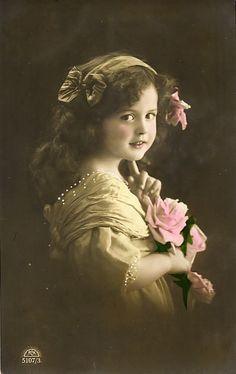 Meisje met strik en bloem