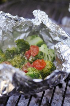 Broccoli tomato packages for on the bbq/Broccoli pakketjes van de bbq Cobb Bbq, Pork Brisket, Custom Bbq Pits, Camping Bbq, Happy Foods, Bbq Grill, Outdoor Cooking, Food And Drink, Salad