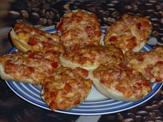Die besten Pizzabrötchen aller Zeiten The best pizza rolls ever, a good recipe from the finger food category. Birthday Party Snacks, Snacks Für Party, Easy Snacks, Pizza Snacks, Pizza Burgers, Good Food, Yummy Food, Yummy Recipes, Macro Meals