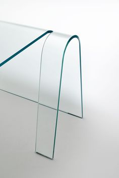 FOLIO glass desk by Yabu Pushelberg for GLAS Italia. Made with a single sheet of transparent thick extralight curved glass. Glass Furniture, New Furniture, Furniture Design, Contract Furniture, Steel Furniture, Yabu Pushelberg, Milan Design Week 2017, Simple Desk, Glass Desk