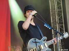 """Nog ééntje, alleen omdat het bijna donderdag is. Al terug scrollend: volgens mij heb ik 'm al een keer in zwart-wit gedeeld, maar zo """"puur natuur"""" vind ik 'm stiekem toch ook best wel mooi ☺️ #eloiyoussef  #kensingtonband #rocksinger #dutchrocksinger #guitarist #guitar #festivalphoto #festivalphotography #rockmusic #dutchrockmusic #dutchrockband #rockband #festival #festivalmusic #livemusic #livemusicphotography #festivalseason #rockphoto #rockphotography #gigphotography #musicphotography…"""