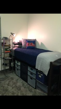 These are the best guys dorm room decor! Dorm room ideas for guys that are practical, simple and cool! These guys dorm room decor ideas are perfect for your first time moving into college! Ole Miss Dorm Rooms, Guy Dorm Rooms, Cool Dorm Rooms, Dorm Room Styles, Dorm Room Designs, Bedroom Designs, Dorm Room Storage, Dorm Room Organization, Organization Ideas