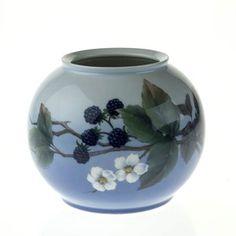 See Vase with blackberries at Danish Porcelain House. Royal Crown Derby, Japanese Porcelain, Royal Copenhagen, Blackberries, Royal Albert, Danish, Denmark, Tea Cups, Floral Design