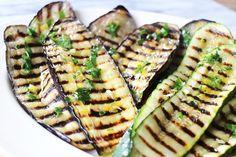 Gegrilde groenten zijn altijd een succes aan tafel. Of je nu aubergines, courgette, paprika of bloemkool grilt: iedereen houdt ervan! Vandaag vertellen wij je hoe je de perfecte gegrilde aubergine en courgette maakt, met een heerlijk frisse dressing. Tip: het klinkt misschien overbodig, maar eenvlees- of keukenpincet is je beste vriend tijdens het grillen. Zo …