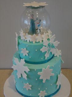 """Frozen cake Love the idea of a """"snowglobe"""" on top, maybe could do it with a plastic globe."""