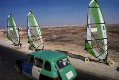 Comme les bateaux de pêcheurs, les voitures sont très colorées