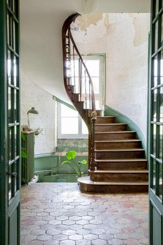 Château de Dirac in Frankreich Modern Staircase Château Dirac Frankreich Future House, My House, Modern Castle, Deco Champetre, Staircase Design, Wood Staircase, Spiral Staircases, Tile Stairs, Grand Staircase