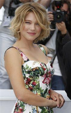 lea seydoux Cannes  | Lea Seydoux posa con vestido floreado de Dolce  Gabanna en fondo ...