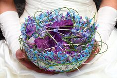 A special design made with small plastic rings, are an excellent base for this unique design!  #wedding #fashion #inspiration #flowers #flowerfactor