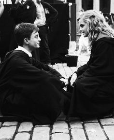 Daniel Radcliffe and Emma Watson - Harry and Hermione Harry Potter Hermione, Harry James Potter, Harry Potter World, Hermione Granger, Fantasia Harry Potter, Images Harry Potter, Mundo Harry Potter, Harry Potter Universal, Ron Weasley