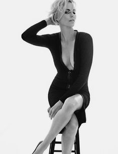 Charlize Theron ~ Gorgeous of course ~ Quality of photo is poor when full sized ~ Photo Portrait, Female Portrait, Portrait Photography, Photography Women, Fashion Photography, Girl Photo Shoots, Black And White Portraits, Charlize Theron, Portrait Inspiration