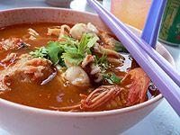 Kuchnia tajska - regionalne produkty i dania: larb czyli pikantna sałatka z mięsem, cebulą, chili, czy tom saep - pikantno - kwaśna zupa.