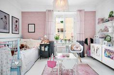 biało-różowy pokój dziewczynki z czarnymi detalami w aranżacji skandynawskiej - Lovingit.pl