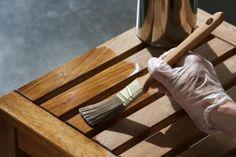 Para conservar os móveis de madeira bonitos, sedosos ao toque, sem riscos e arranhões devemos tomar alguns cuidados:  MADEIRA ENCERADA DIARIAMENTE:retire o pó com pano seco QUINZENALMENTE OU MENSALMENTE: dê polimento com óleo ou cera em pasta incolor    Atenção: · NÃO USE Lustra Móveis, pois ele deixa a madeira úmida e…