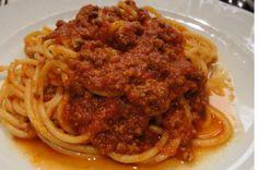Spaghetti alla bolognese, primo piatto con ragù di carne preparato secondo la tradizione. La ricetta per un pranzo ideale.