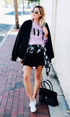 Street style look com moletom rosa.