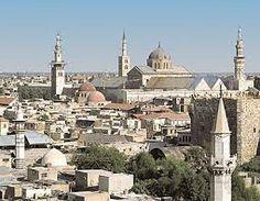 Damasco Damasco é a capital da Síria, e um dos 14 distritos do país. O distrito de Damasco é administrado por um governador indicado pelo Ministro do Interior. Wikipédia População: 1,711 milhões (2009) Área: 105 km² Tempo: 22 °C, vento S a 23 km/h, umidade de 25% Hora local: quinta-feira, 17:47 Pontos de interesse: Mesquita dos Omíadas, Mount Qasioun, mais Faculdades e universidades: University of Damascus, mais