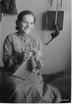 Lotta neulomassa Savukoskella the WWW II in Finland History Of Finland, Air Raid, Vintage Photography, Armed Forces, Old Photos, Ww2, Nostalgia, Learning, Knitting
