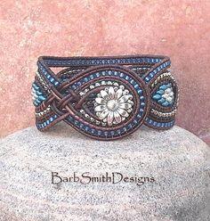 ON SALE!  Blue Silver Beaded lederen manchet Wrap armband - de koningin-moeder in benzine blauw