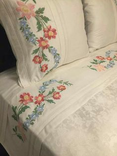 Linen Bedding, Bedding Sets, Embroidered Towels, Bedclothes, Linens And Lace, Creative Home, Fabric Painting, Bed Covers, Bed Spreads