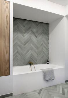 Baldosas de metro de Chevron en un baño sereno y minimalista - Bathroom Red, Grey Bathrooms, Bathroom Layout, Bathroom Faucets, Bathroom Interior, Boho Bathroom, Bathroom Wall, Small Bathroom, Bathroom Ideas