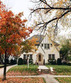 Love this @patticakewagner, thanks for sharing #beckiowensfeature — also today 12 amazing rugs 25% off. Beautiful fall exterior.