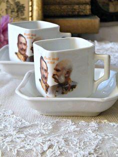 Antik, Victoria (Austria) porcelán mokkás csésze aljjal – fehérek, szögletesek, a csészéken II. Vilmos császár és I. Ferenc József látható.