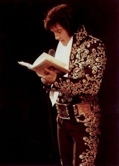 1974 9 01 Las Vegas, NV. show de minuit. Elvis porte les  - Fleurs espagnoles avec les pierres rouges