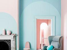idée peinture salon, plafond blanc avec murs en rose et bleu pastel, cheminée aux briques et marbre Couleur Rose Pastel, Bleu Pastel, Murs Roses, Oversized Mirror, Colour, Pink, Inspiration, Furniture, Home Decor